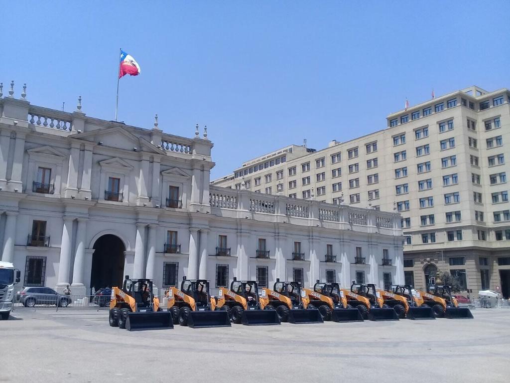 CASE entregó 14 minicargadoras al gobierno de Chile