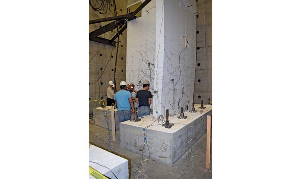 Ensayos de muros de concreto con cimientos de rebordeado de alta resistencia para el cambio de código