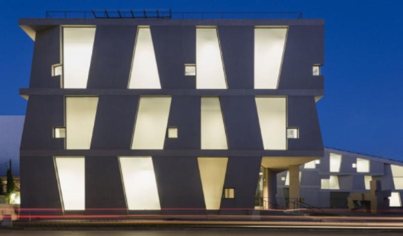 Escuela de Arte Glassell: materialidad genuina a través de grandes elementos prefabricados de concreto