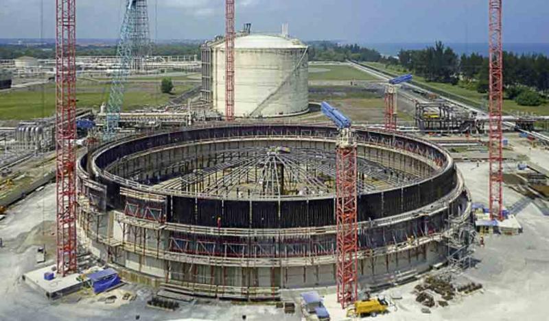 Tendones de filamentos criogénicos estabilizan el tanque de GNL en Brunei