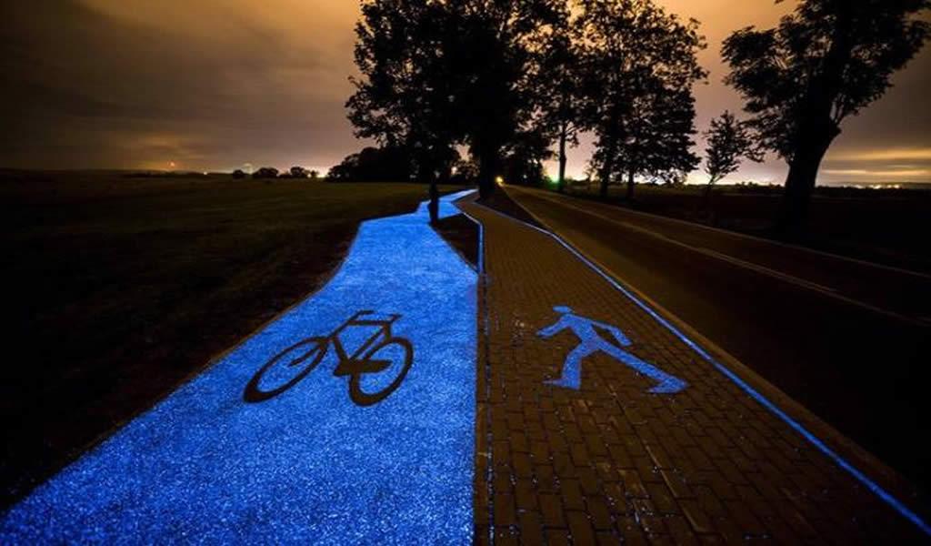 Construyen una ciclovía que brilla de noche y se carga durante el día con energía solar