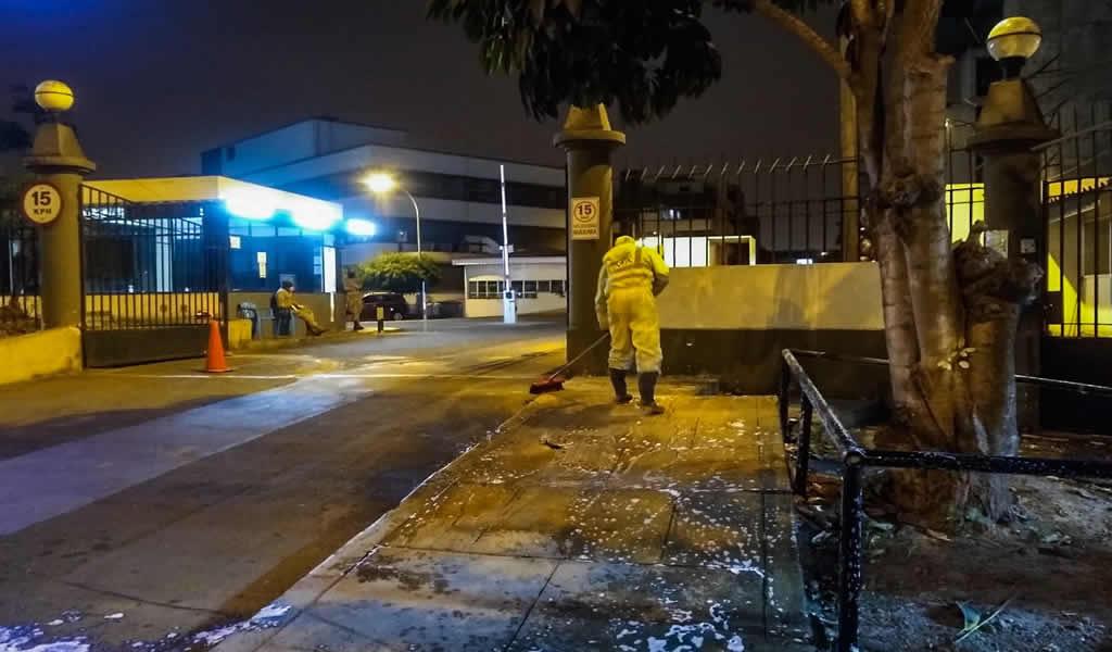 Desinfectan exteriores de hospitales policial y militar