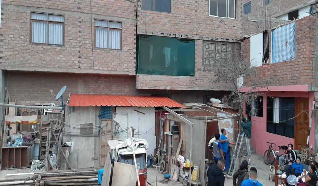 Klar se suma a la Banda Solidaria donando techos termo acústicos multicapa para proteger del frío a familias necesitadas