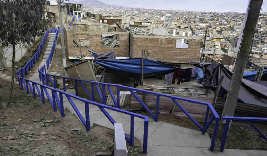 Municipalidad de Lima entregó losa deportiva, muro de contención y escaleras en Lima sur